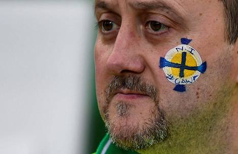 Pohjoisirlantilainen jalkapallofani ennen maanantain Pohjois-Irlanti–Tšekki-MM-karsintaottelua Belfastissa.