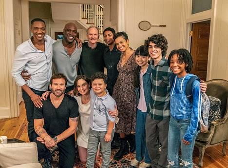 Council of Dads -sarjan väkeä ryhmäkuvassa: Oliver (vas.), Anthony, Peter, Robin, Larry, JJ, Evan, Luly, Charlotte, Theo ja Tess.