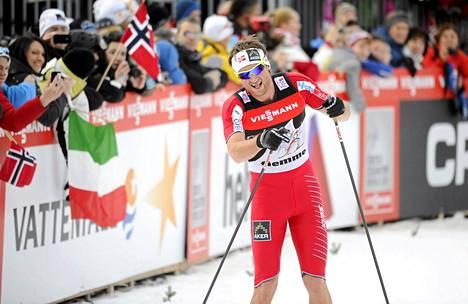 Petter Northug kiipesi Tour de Skin loppunousun polvet ja kyynärpäät paljaina.