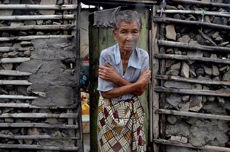 Tärisevä nainen seisoi talon ovensuussa tiistaina Beirassa Mosambikissa tiistaina.