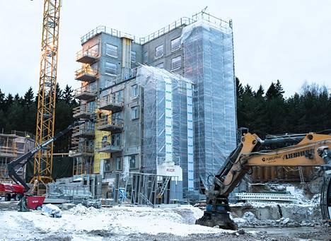 Jo uutta asuntoa ostaessa kannattaa selvittää, miten yhtiölainan lyhennyksiä kohdellaan kirjanpidossa ja miten ylimääräiset verot välttää, jos asunnosta joutuisikin luopumaan alle kahden vuoden asumisen jälkeen. Kuvan talo oli rakenteilla tammikuussa Helsingin Lauttasaareen.