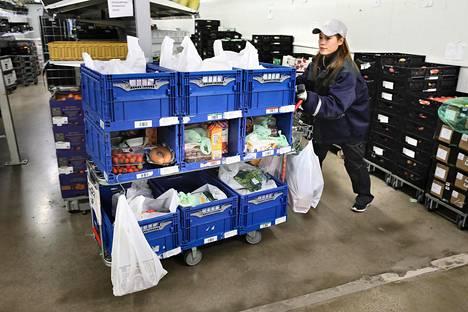 Alepa Kauppakassin keräilypiste sijaitsee Vantaan Ylästössä. Myyjäkeräilijä Mariel Paque keräsi asiakkaiden verkossa tilaamia ostoksia torstaina.