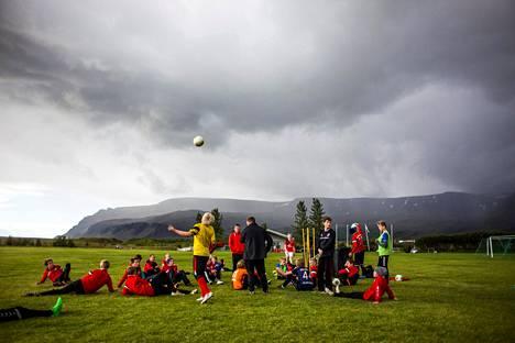 Tärkeä osa Islannin nuoriso-ohjelmaa on harrastusten tukeminen. 12–14-vuotiaiden poikien jalkapallojoukkue harjoitteli kesäkuussa 2016 Mosfellsbærissa Reykjavikin lähellä.