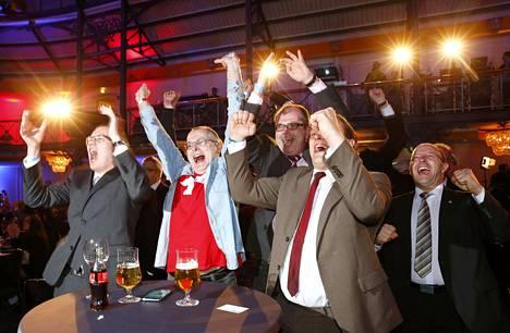 Oikeistopopulistisen AfD-puolueen ehdokkaat juhlivat ensimmäisten ovensuukyselyiden tultua Saksan osavaltiovaaleissa.