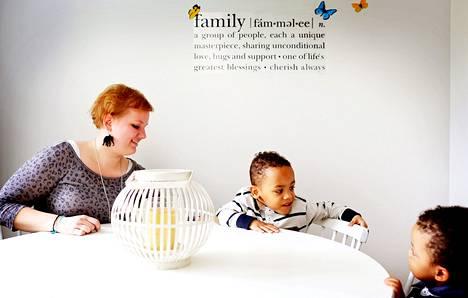 Sanna Aikoriogie joutui ekaluokkalaisena leukemian takia sairaalaan. Rajujen hoitojen vuoksi hänen arveltiin jäävän lapsettomaksi. Toisin kävi. Myös Samuelia, 3, ja Victoria, melkein 2, on hoidettu Lastenklinikalla.