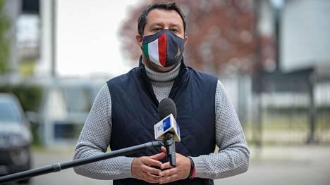 Matteo Salvini puhui tiedotusvälineille huhtikuussa koronarokotuskeskukseen tekemänsä vierailun yhteydessä.