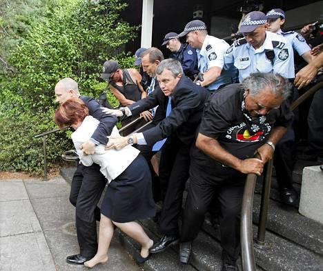 Julia Gillard saatettiin ulos mielenosoittajien saartamasta ravintolasta.