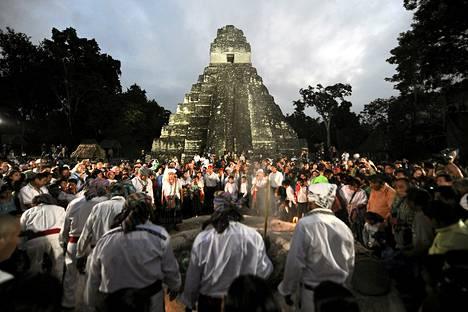 Mayakalenterin pitkän ajanlaskujakson loppumista juhlistettiin Tikalin kivitemppelin ympärillä Guatemalassa perjantaina.