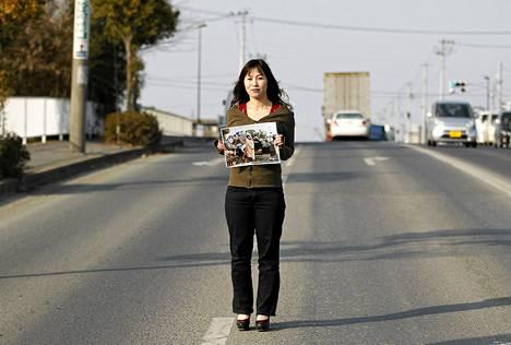 Yuko Sugimoto seisoo samassa paikassa, jossa hän katseli tuhoisan maanjäristyksen ja tsunamin jälkiä viime vuoden maaliskuussa.