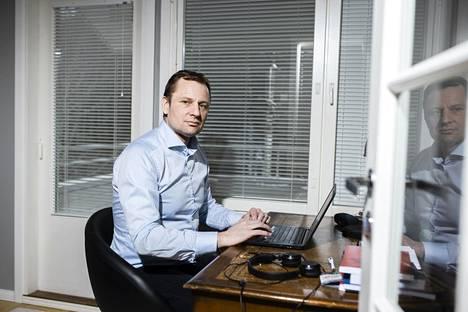 VTV:n pääjohtajan sijainen Matti Okko tekee etätöitä kotonaan Espoossa.