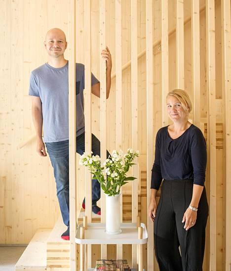 """Inke Wäinölä ja Ville Kivistö ovat yllättyneitä, kuinka luontevalta uusi koti heti tuntuu. He pitävät portaiden rimoituksesta. """"Vaikka puu on simppeli materiaali, sillä voi tehdä kivoja kikkailuja"""", Kivistö sanoo."""