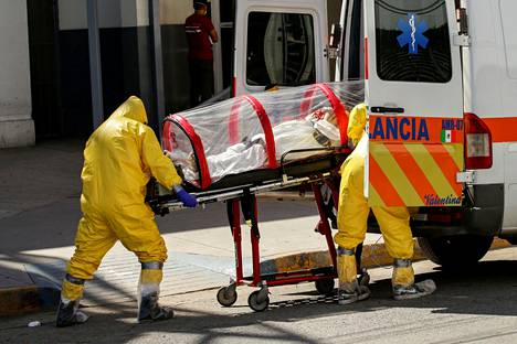 Lääkintähenkilökunta siirsi koronaviruspotilasta ambulanssiin keskiviikkona rajakaupunki Ciudad Juárezissa kuljetettavaksi hoitoon El Pasoon Yhdysvaltoihin.