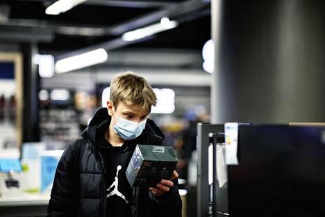 Kasiluokkalainen Vilho Hiilamo aloittaa etäopetuksessa maanantaina. Hiilamo kävi ostamassa uuden web-kameran tietokoneeseensa Forumin Gigantista.