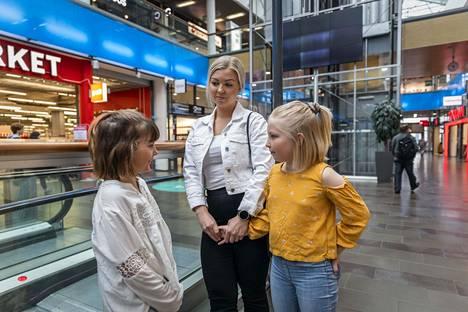 Jenni Kallatsa, Peppi Kallatsa, Venla Pokka kommentoivat Katri Kulmunin eroa Torniossa, Rajalla - På Gränsen kauppakeskuksessa perjantaina.