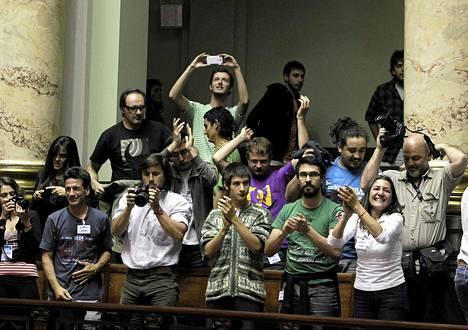 Uruguayn senaatin historiallinen kannabis-päätös ilahdutti yleisöä lehtereillä.