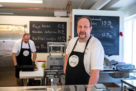 Anders Ordén (vas) ja Jörgen Ordén pyörittävät lihakauppaa Kauklahdessa. Heillä on riittänyt asiakkaita, sillä moni tekee ostoksensa nyt mieluummin pienessä kaupassa.