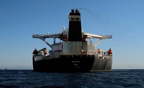Iranilainen öljysäiliöalus Adrian Darya 1 kuvattuna viime elokuussa Gibraltarin edustalla, jossa Britannia takavarikoi sen kuudeksi viikoksi epäiltynä öljyn toimittamisesta Syyriaan kansainvälisten pakotteiden vastaisesti.