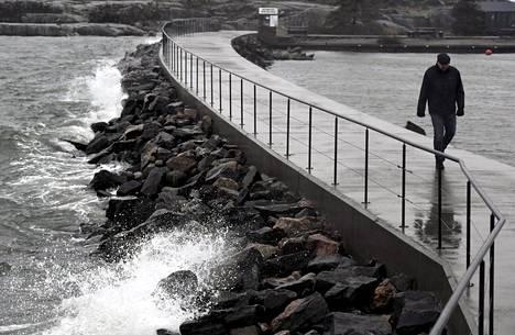 Lähestyvä myrsky nostatti sunnuntaina aaltoja Uunisaaressa Helsingissä.