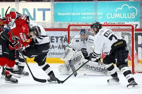 Porin Ässät (punaisissa paidoissa) ja TPS vastakkain viime joulukuussa Liigan runkosarjaottelussa. Ässien toimitusjohtaja Eeva Perttula suhtautuu TPS:n kannanottoon seksuaalisen tasa-arvon puolesta ilolla.