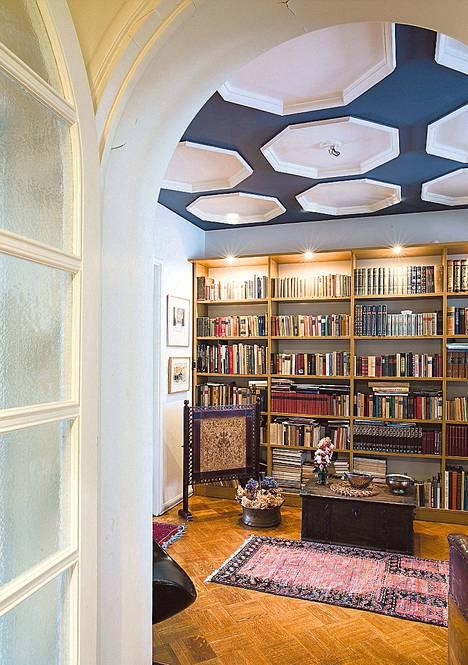 Melasilla on aina luettu paljon. Eteishalli on täynnä romaaneja, runoutta ja tietokirjallisuutta.