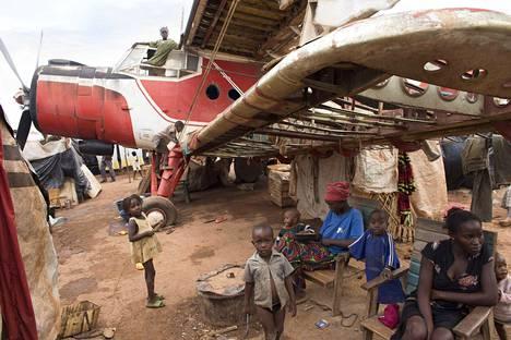 Keski-Afrikan tasavallan pääkaupungin Banguin lentokentän lähelle rakentui vuonna 2013 suuri pakolaisleiri, jossa Helsingin Sanomat vieraili toukokuussa 2014.