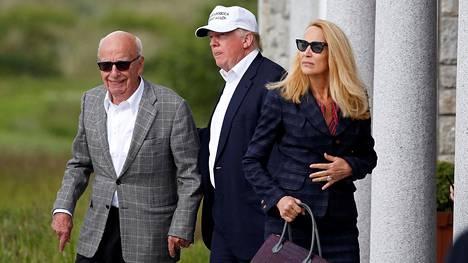 Rupert Murdoch on sekä henkilökohtaisesti että omistamiensa medioiden kautta ollut Yhdysvaltain presidentin Donald Trumpin pitkäaikainen tukija. Kuvassa Murdoch, Trump ja Murdochin vaimo Jerry Hall Skotlannin Aberdeenissä kesäkuussa 2016, kun Trump oli yhä presidenttiehdokas.
