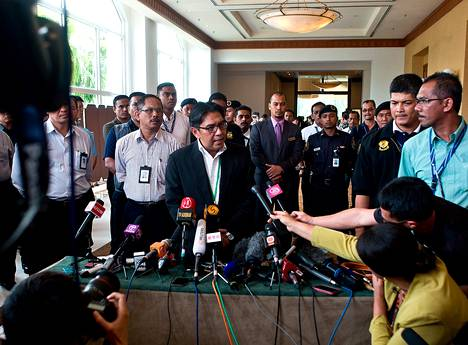 Malesian siviili-ilmailuliiton johtaja Azharuddin Abdul Rahman piti tiedotustilaisuuden kadonneen koneen kohtalosta Bangissa Malesiassa keskiviikkona.