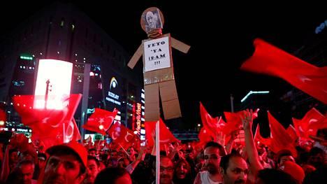 Hallitusta tukevat mielenosoittajat vaativat muslimisaarnaaja Fethullah Gülenin teloittamista sunnuntaina Ankarassa.