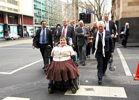 Lynette Rowe avustajineen poistumassa korkeimman oikeuden istunnosta Melbournessa.