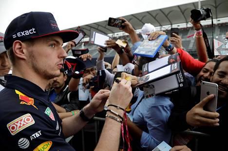 Max Verstappen joutui fanien piirittämäksi Meksikossa.