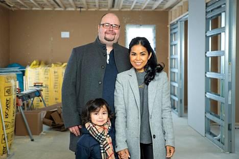 Roope, Gabriel ja Arum Syvälahti talossaan rakennustöiden aikana.