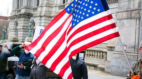 Mielenosoittajat vaativat keskiviikkona New Yorkin kuvernööriä Andrew Cuomoa poistamaan liikuntarajoitukset ja käynnistämään talouden.