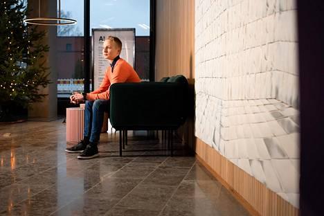 Vuoden 2019 Talousguru Elias Järventaus aloitti opintonsa nyt syksyllä. Elias Järventaus kuvattuna Aalto-yliopiston kauppakorkeakoulun tiloissa.