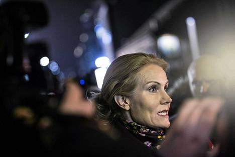 Pääministeri Helle Thorning-Schmidt puhui toimittajille Kööpenhaminan ensimmäisen iskun tapahtumapaikalla myöhään lauantaina.