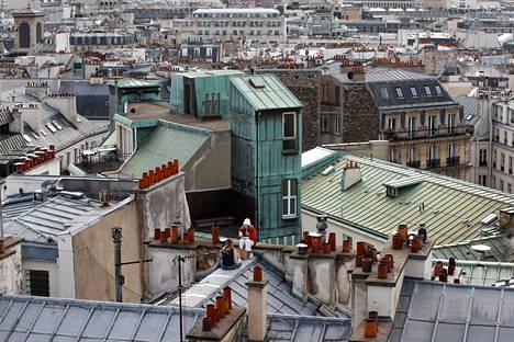 Naiset viettivät evästuokiota pariisilaisella katolla perjantaina.