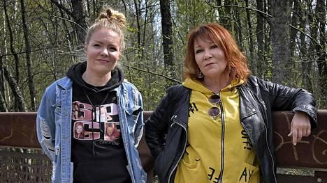 Virve Rosti on Vantaalla asuva laulaja. Hänen tyttärensä Ella Rosti on Vihdissä asuva digitaalisen markkinoinnin asiantuntija.