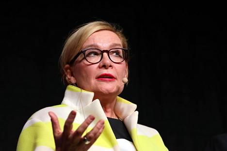 """Poikkeustoimien nopeasta käsittelyaikataulusta on huolissaan myös oppositiopuolue kokoomuksen kansanedustaja ja entinen eduskunnan puhemies Paula Risikko. """"Kyllä näille vähän enemmän aikaa pitäisi olla."""""""