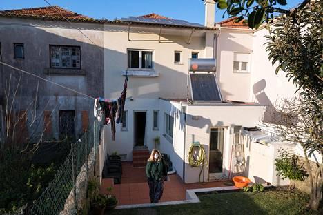 """Isabel Brandãon perhe asuu noin sata vuotta sitten rakennetussa kivitalossa Porton keskustassa. Talon keskuslämmitystä käytetään vain erityisissä tilanteissa. Vesi kuumenee aurinkopaneelilla. """"Rakennus on heikosti eristetty. Uskon vain hyvin varakkaiden voivan lämmittää kotinsa talven halki korkeiden kustannusten vuoksi."""""""