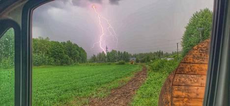 Salama iski suoraan sähkötolppaan Keravalla.