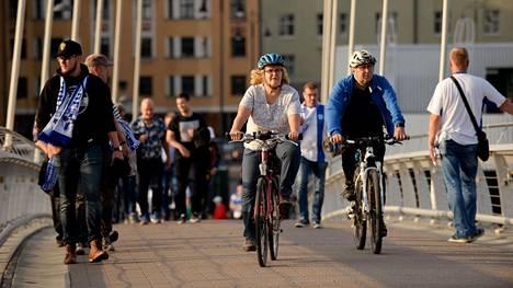 Pyöräilijöitä kevyelle liikenteelle omistetulla Laukonsillalla Tampereella syyskuussa 2018.