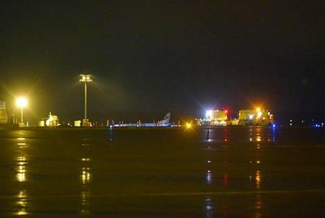 Hätälaskun tehnyt Finnairin kone oli pysäköity Turun lentokentälle sununtai-iltana.