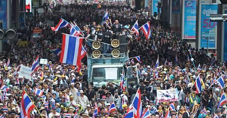 Hallitusta vastustavat mielenosoittajat marssivat Thaimaan pääkaupungissa Bangkokissa maanantaina.