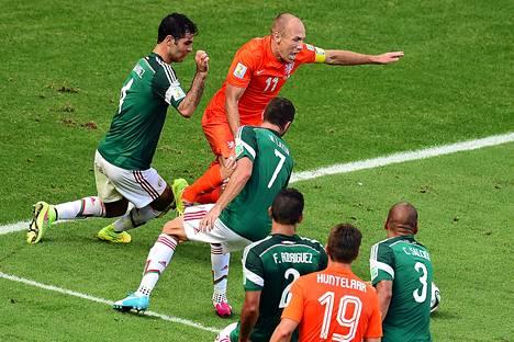 Hollannin tähtihyökkääjä Arjen Robben oli monta kertaa Meksikon puolustajien ympäröimänä sunnuntai-illan MM-ottelussa.