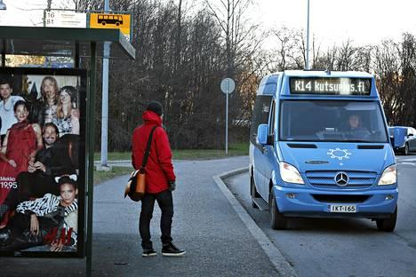 Kutsuplus-palvelu on linja-auton ja taksin yhdistelmä, jonka maksu määräytyy 3,50 euron lähtötaksan jälkeen kyytikilometrien mukaan.