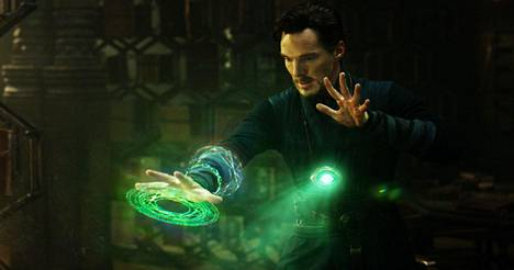 Stephen Strange (Benedict Cumberbatch) kohtaa outoja voimia.