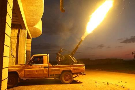 Turkin tukemat syyrialaiset kapinalliset ampuivat ilmatorjunta-aseella Sarminin kaupungissa maanantaina.