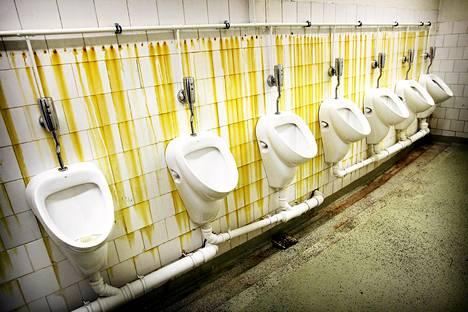 Olympiastadionin miesten vessa näyttää ankealta.