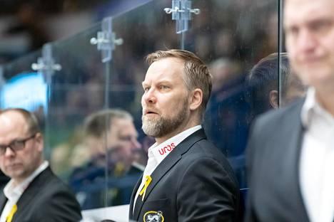 Oulun Kärppien päävalmentaja Mikko Manner työssään.