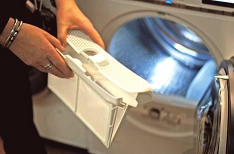Uuden tekniikan kuivausrummun nukkasihdit pitää puhdistaa säännöllisesti. TTS:n Anneli Reisbacka näyttää, mistä ne löytää.