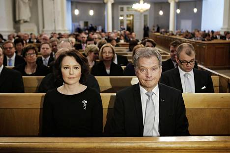 Presidentti Sauli Niinistö ja Jenni Haukio Helsingin tuomiokirkossa ennen valtiopäivien avajaisten juhlajumalanpalveluksen alkua huhtikuussa 2015.
